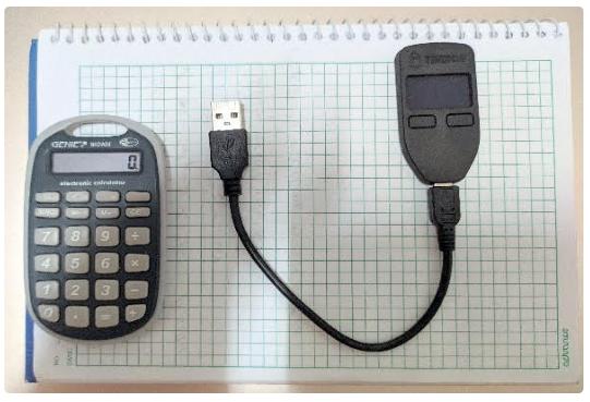 Trezor One mit USB-Kabel